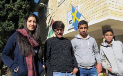 Yara, tillsammans med de tidigare eleverna Hassan, Mohamad och Tamar. Yara är psykolog och musik-terapeut. Hon jobbar med bl. a. socialt arbete och avslappnade gymnastik.