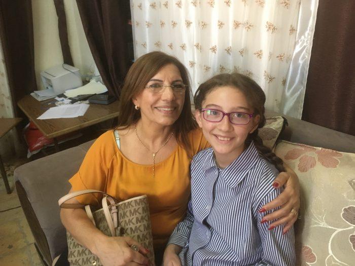 Amal och Suzjud. Lärarna på Suzjuds nya skola är så nöjda med henne och tycker att hon lyckats bra hittills med sitt skolarbete. Det är så lätt att hjälpa henne för hon tar tacksamt emot den hjälp hon får. Hon säger själv att hon är lycklig.